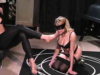 Lesbo mistresse use fett thrall gagging on leash