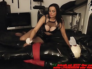 Deutsche Domina entsaftet latex sklaven im bdsm studio